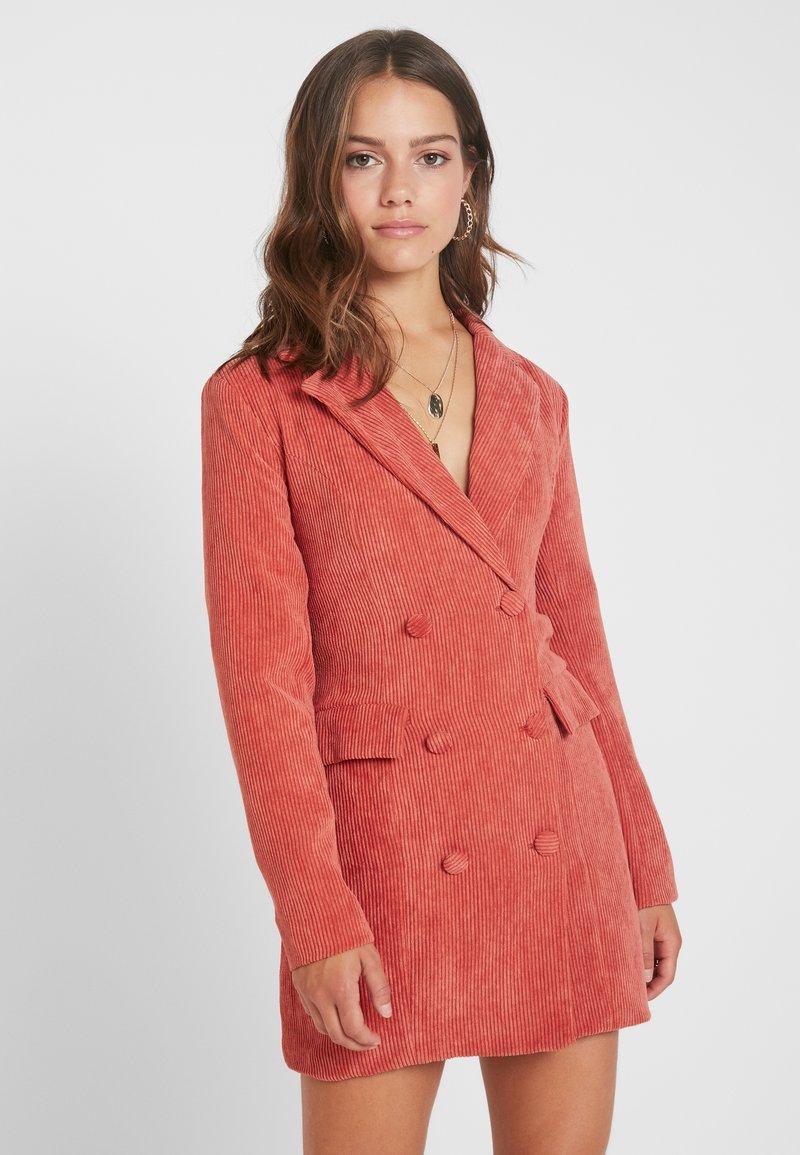 Missguided Petite - BUTTONED BLAZER DRESS - Denní šaty - coral