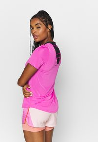 Nike Performance - BREATHE - Camiseta estampada - fire pink/reflective silver - 0