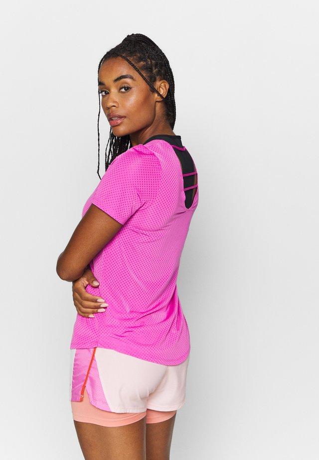 BREATHE - Print T-shirt - fire pink/reflective silver