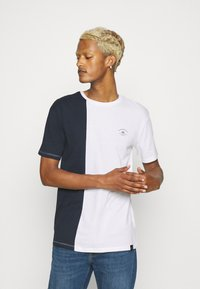 Newport Bay Sailing Club - SPLIT - Print T-shirt - navy/white - 0