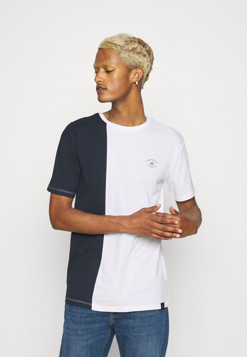 Newport Bay Sailing Club - SPLIT - Print T-shirt - navy/white