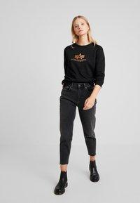 Alpha Industries - BASIC SMALL LOGO - Sweatshirt - black/metalgold - 1
