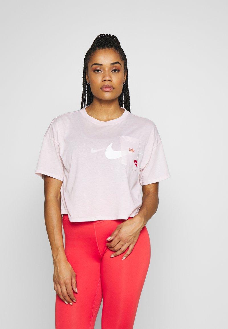 Nike Performance - ICON CLASH WOW - Camiseta estampada - barely rose/(white)