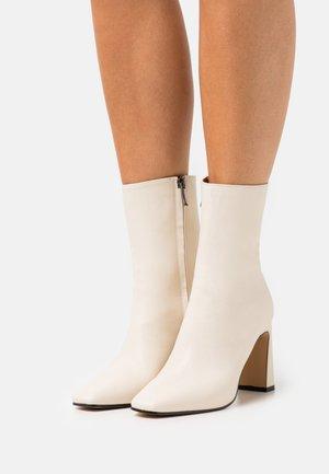 Kotníkové boty - avorio