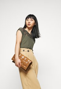 ONLY Petite - ONLTHEIA JOURNEY LIFE CULOTT - Pantalones - iced coffee - 3