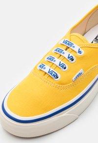 Vans - ANAHEIM AUTHENTIC 44 DX UNISEX - Trainers - yellow/white - 5