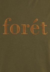 forét - RESIN - Print T-shirt - dark olive camel - 2