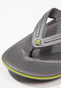 Crocs - CROCBAND FLIP UNISEX - Teenslippers - grey - 5