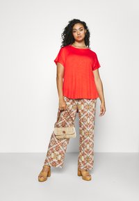 CAPSULE by Simply Be - TWIST BACK DETAIL - T-shirts - bright red - 1