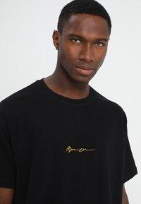 Mennace - ESSENTIAL REGULAR RELAXED SIG TEE UNISEX - T-shirt - bas - black - 3