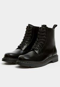 PULL&BEAR - Šněrovací kotníkové boty - black - 2