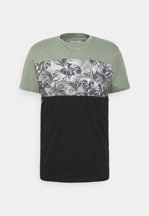 JORTENDER TEE CREW NECK - Print T-shirt - tap shoe