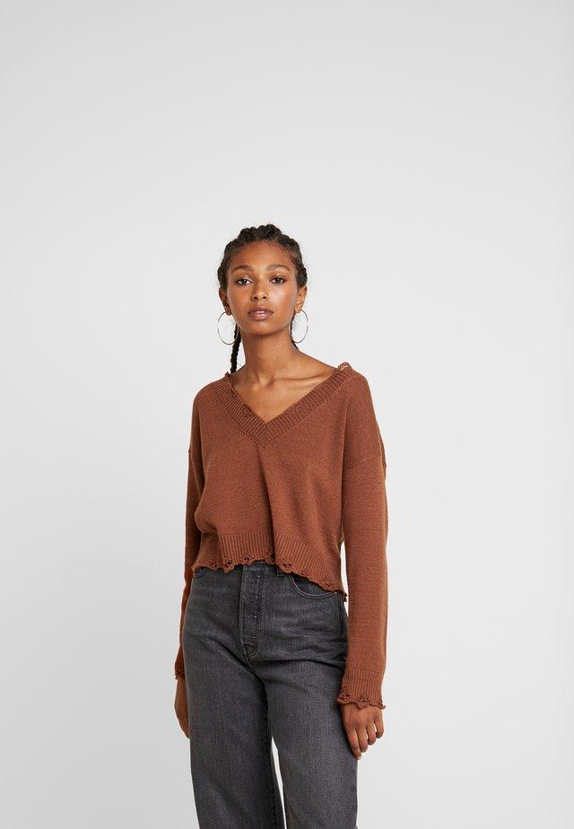 DESTRUCTED V-NECK - Pullover - rust