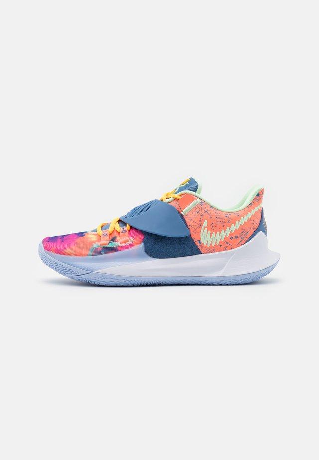 KYRIE LOW 3 - Basketbalové boty - atomic pink/stone blue