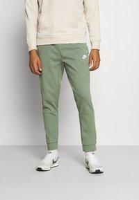 Nike Sportswear - MODERN  - Träningsbyxor - spiral sage - 0
