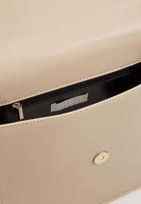 Pieces - CHRIS CROSS BODY - Handbag - beige/gold - 3