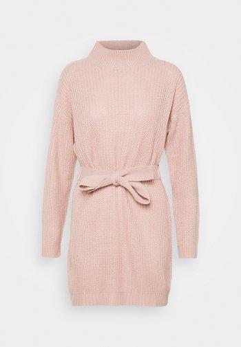 HIGH NECK BASIC DRESS WITH BELT - Strikket kjole - pale pink