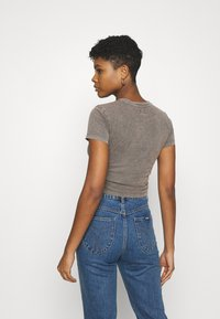 BDG Urban Outfitters - RUCHED CROP - T-shirt imprimé - washed black - 2