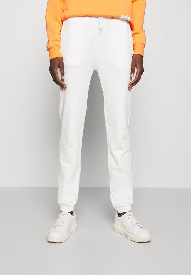 AMANDA PANTS - Teplákové kalhoty - egret