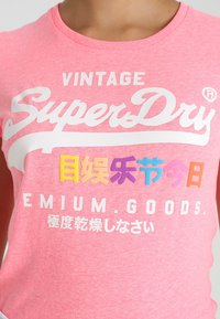 Superdry - PREMIUM GOODS PUFF ENTRY TEE - T-shirts med print - neon pink snowy - 5