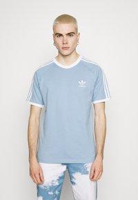 adidas Originals - STRIPES TEE - T-shirt z nadrukiem - ambient sky - 0