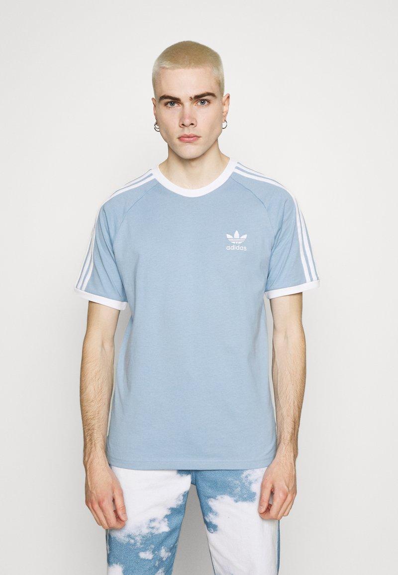 adidas Originals - STRIPES TEE - T-shirt z nadrukiem - ambient sky