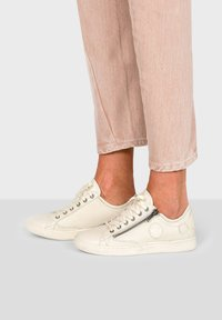 Pataugas - JESTER ZIP UP TRAINERS - Trainers - off-white - 1