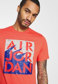 Jordan - STENCIL CREW - T-shirt med print - track red/infrared/oatmeal - 4