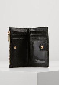 DKNY - BRYANT BIFOLD CARD HOLDER SUTTON - Punge - black - 5