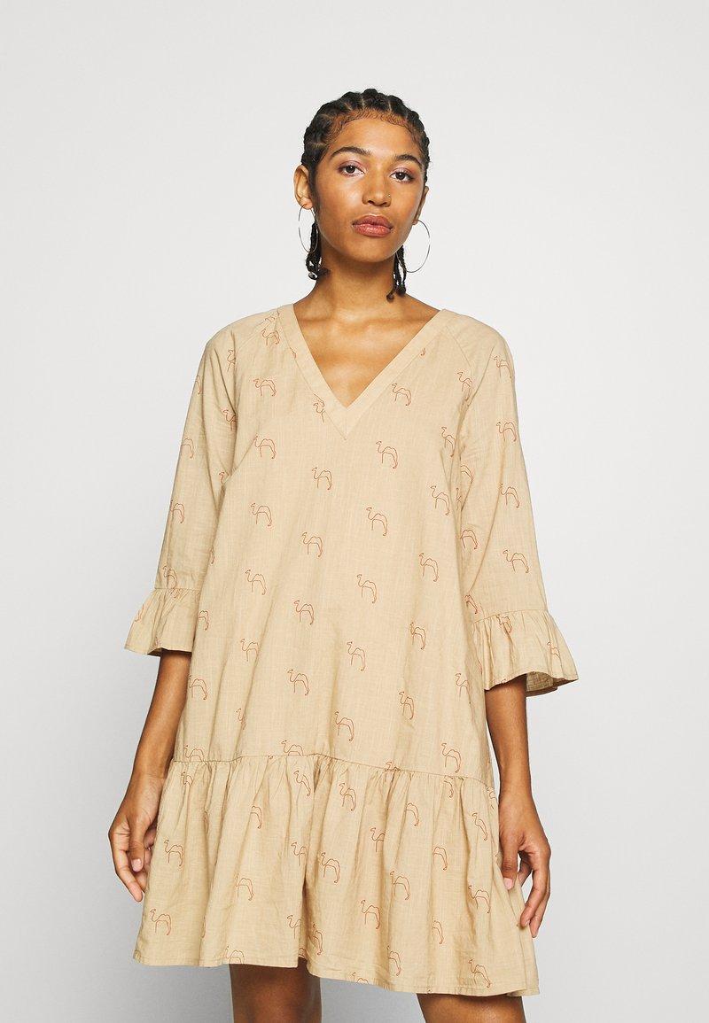 Minimum - MATENA DRESS - Vestido informal - nude