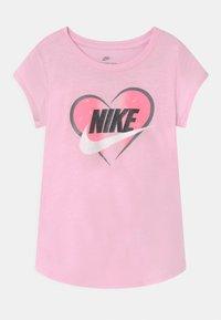 Nike Sportswear - SEASONAL HEART - Print T-shirt - pink foam - 0
