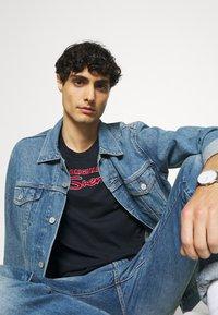 Ben Sherman - SIGNATURE FLOCK TEE - Print T-shirt - dark navy - 4