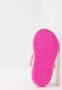 Crocs - CROCBANDKIDS - Sandały kąpielowe - electric pink/cantaloupe - 5