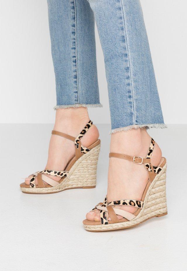 HALFMOON - Korolliset sandaalit - tan