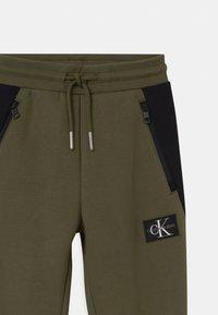 Calvin Klein Jeans - COLOUR BLOCK  - Teplákové kalhoty - green - 2