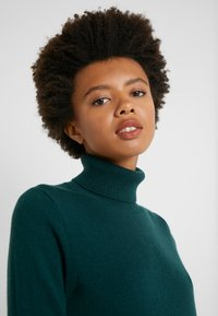 J.CREW - LAYLA TURTLENECK - Sweter - old forest - 4