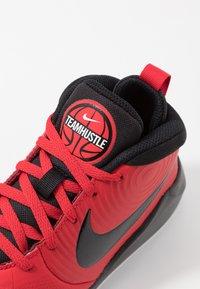Nike Performance - TEAM HUSTLE D 9 UNISEX - Basketball shoes - university red/black/white - 5