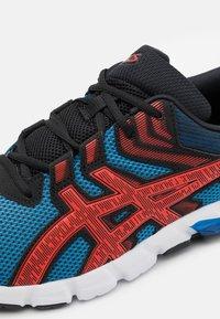 ASICS - GEL-QUANTUM 90 2 - Chaussures de running neutres - electric blue/fiery red - 5