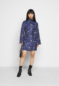 Never Fully Dressed Petite - HIGH NECK MINI MOON AND STARS DRESS - Etui-jurk - navy/multi - 1