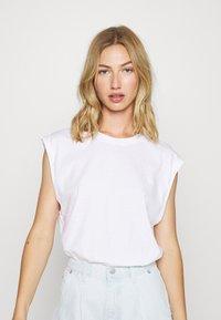Monki - CHRIS 2 PACK - Basic T-shirt - black dark/white light - 4