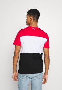 Fila - DAY TEE - T-shirt z nadrukiem - true red-black-bright white - 2