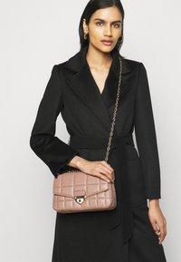 MICHAEL Michael Kors - SOHOLG CHAIN - Handbag - dark fawn - 0