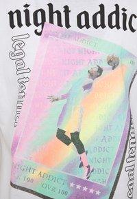 Night Addict - T-shirt med print - white - 2