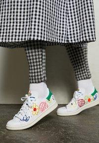 adidas Originals - STAN SMITH  - Zapatillas - footwear white/green/chalk white - 2