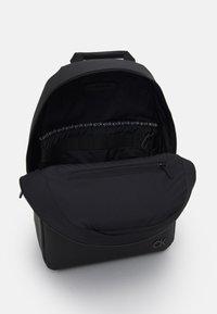 Calvin Klein - ROUND UNISEX - Rucksack - black - 2