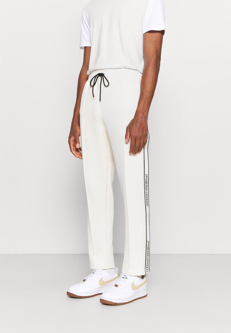 Pegador - WIDE TRACKPANTS UNISEX - Pantalon de survêtement - whisper white