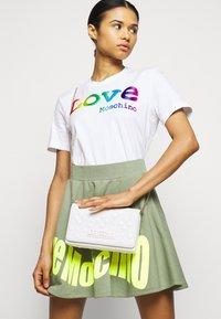 Love Moschino - Across body bag - bianco - 0
