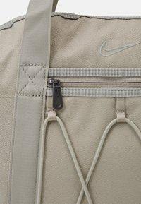 Nike Performance - ONE TOTE - Sportovní taška - stone - 4