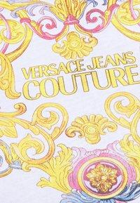 Versace Jeans Couture - TEE - Triko spotiskem - optical white - 4
