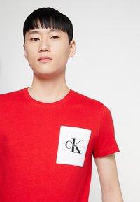 Calvin Klein Jeans - MONOGRAM POCKET SLIM TEE - Triko spotiskem - red - 3